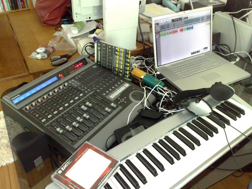 Mixingediting_Jennifer_Delano_at_home